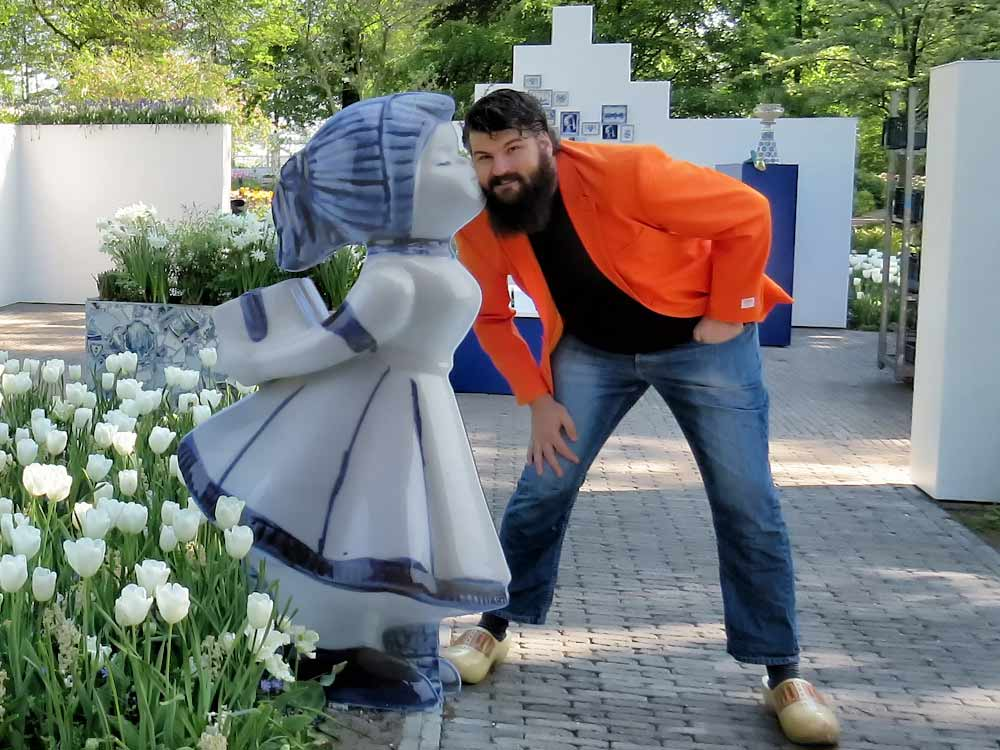 Jan in the keukenhof getting kissed by a statue