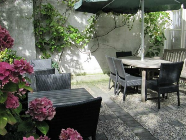 Have breakfast in the garden of Hotel Maurits